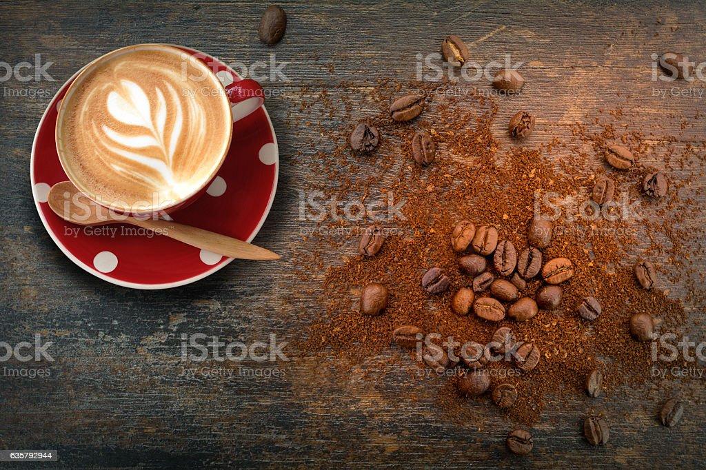 Latte coffee in red polka dot cup top view - foto de stock