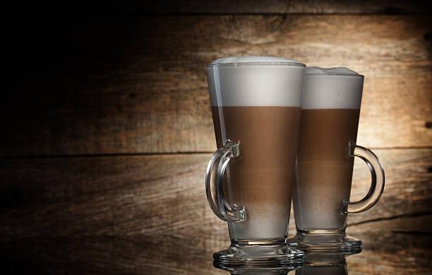 Latte in Glas-Becher – Foto