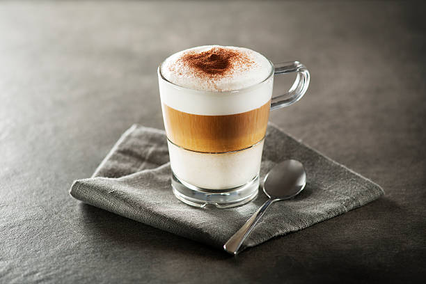 latte macchiato kaffee - cappuccino stock-fotos und bilder