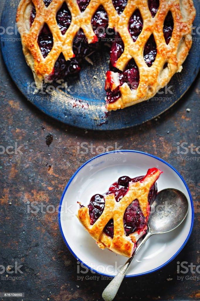 Pastel de fruta otoño enrejado, con grosella negra, zarzamora, cereza compota en hojaldre - foto de stock