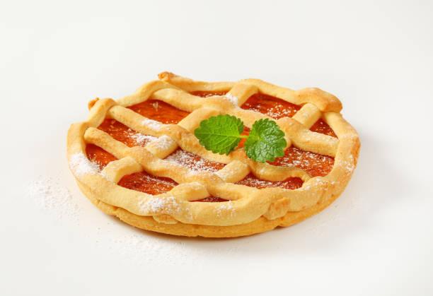 gitter gekrönt fruchttorte (crostata) - crostata stock-fotos und bilder