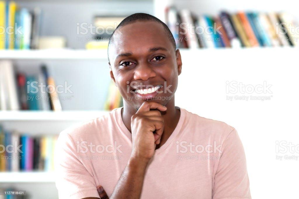 Riendo el hombre del afroamericano con la cabeza calva - foto de stock