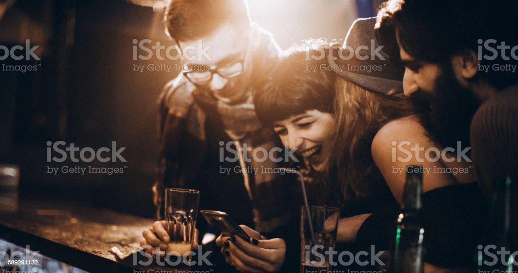 Lachen über das Foto – Foto