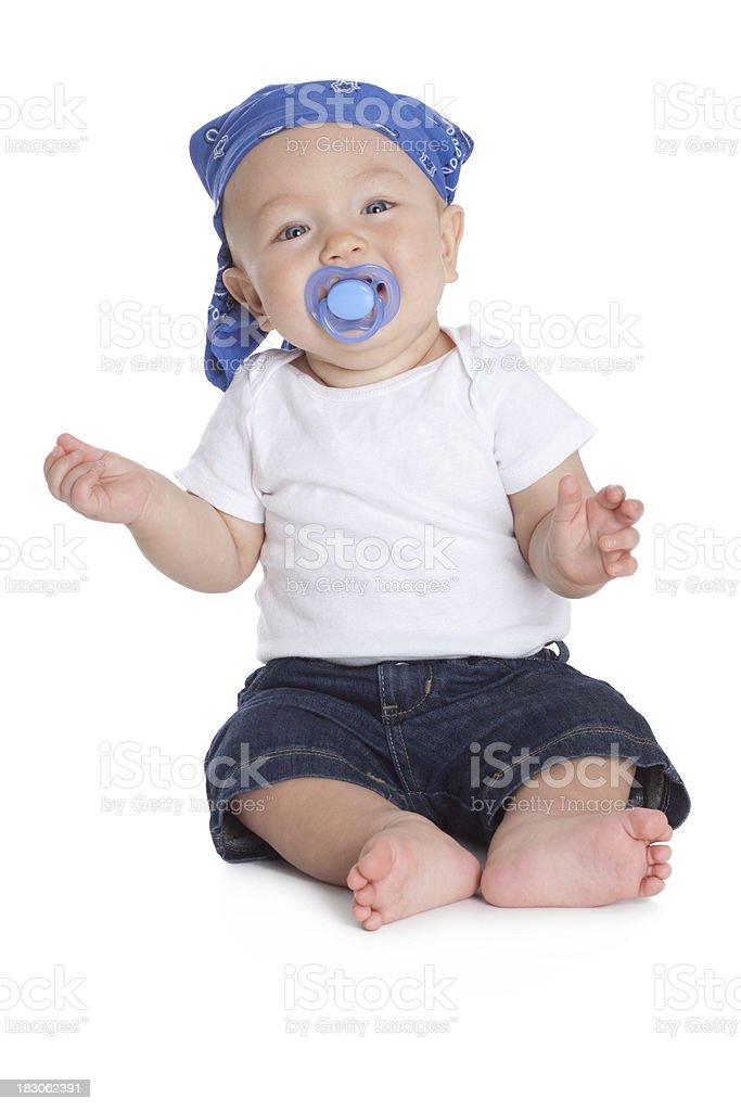 Bebé sonriente con pacificador y usar Bandana bufanda en la cabeza - foto de stock