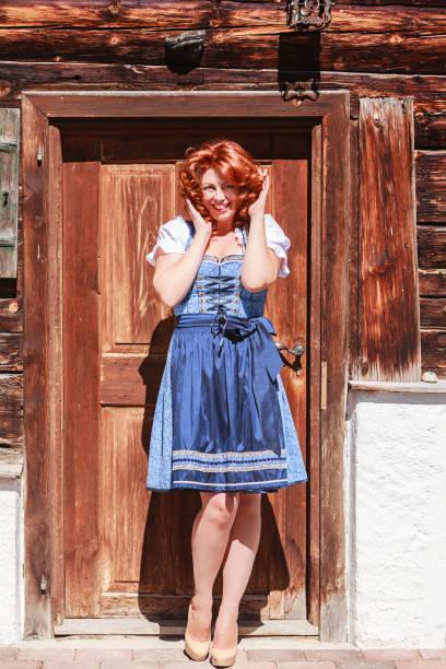 lachen sie bayerische schönheit im dirndl - vintage dirndl stock-fotos und bilder