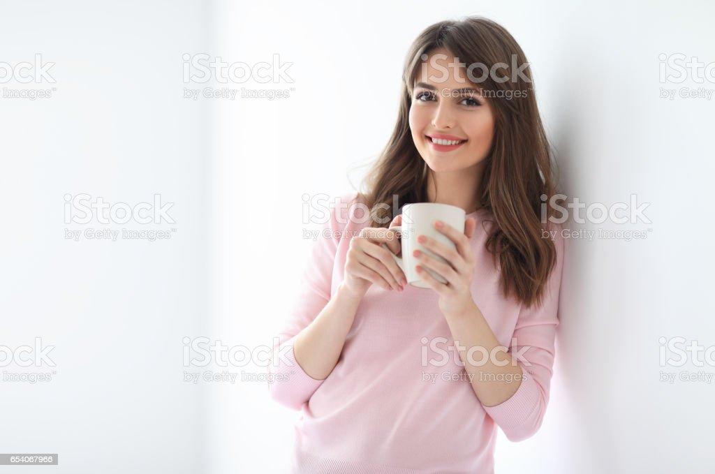 Schöne Frau mit Kaffee Lachen auf weißem Hintergrund – Foto