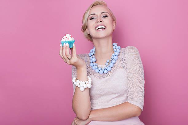 lachen schöne frauen halten kleine bunte kuchen.   weiche farben - modetorten stock-fotos und bilder