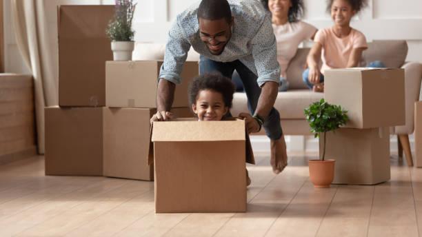 hijo negro risueño jugando con el padre feliz. - movimiento fotografías e imágenes de stock