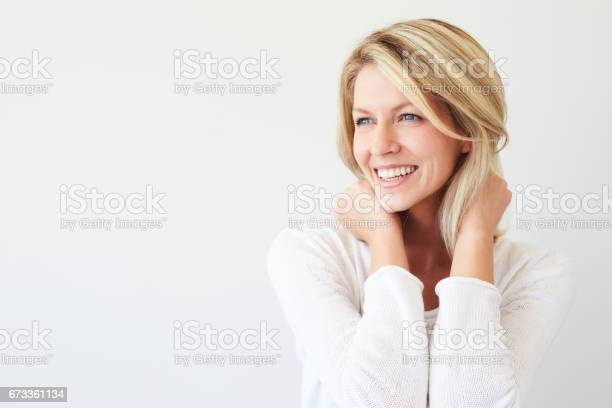 笑うブロンドの可愛い人 - 1人のストックフォトや画像を多数ご用意