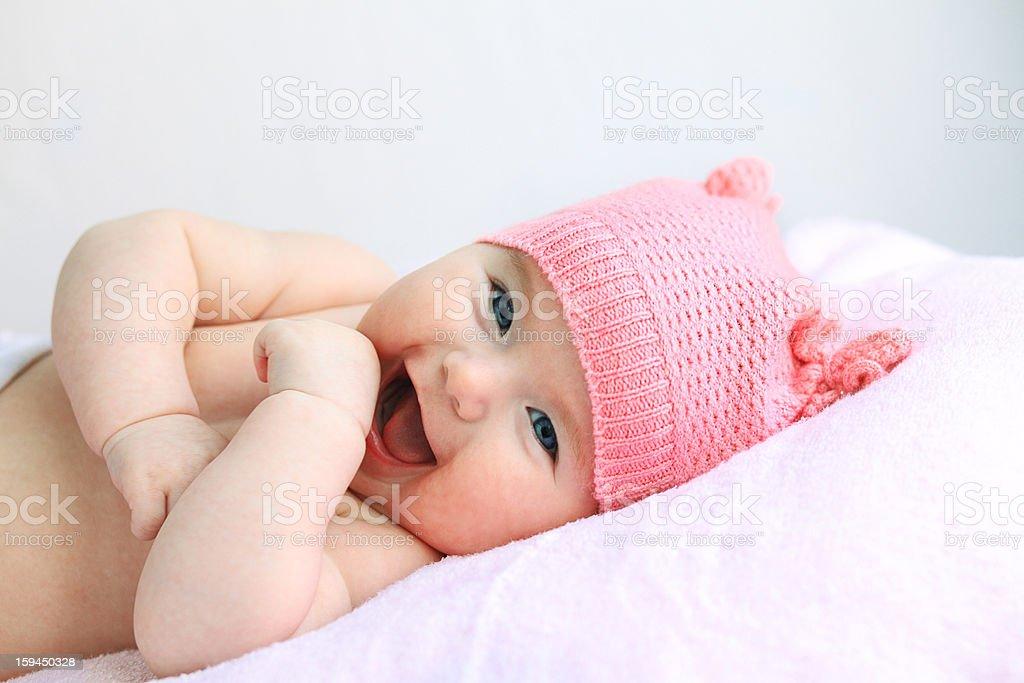 Olho azul bebê rindo com Chapéu cor-de-rosa - foto de acervo