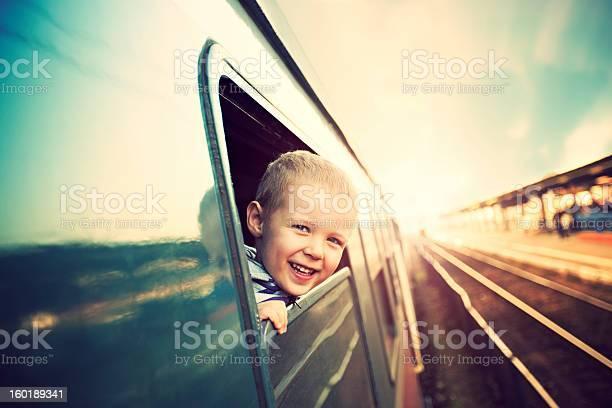 Kleine Junge Auf Der Eisenbahn Stockfoto und mehr Bilder von Eisenbahn