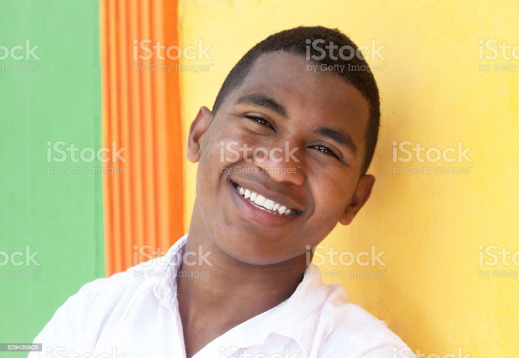 Rindo Caribe guy na frente de uma parede colorida - foto de acervo