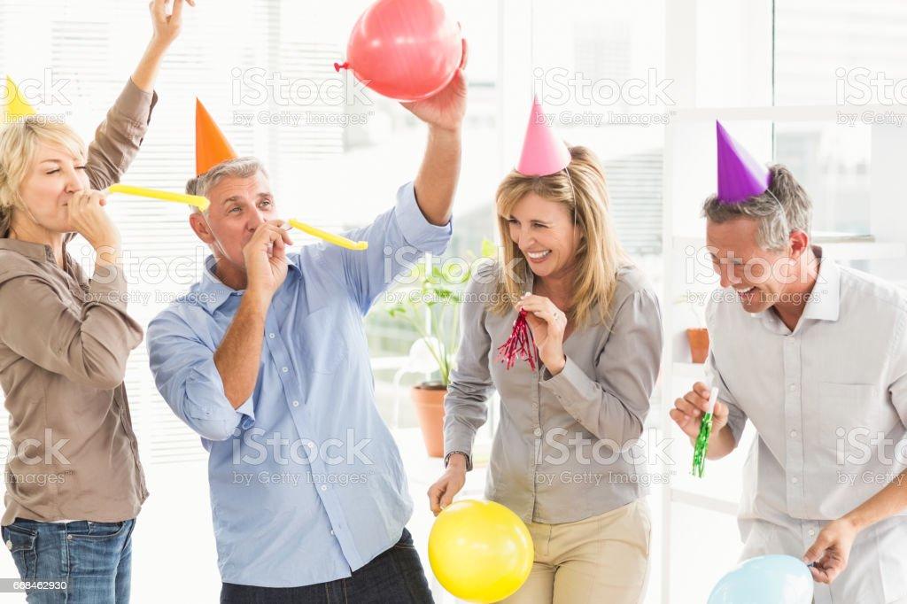 Lachend lässig Geschäftsleute feiert Geburtstag – Foto