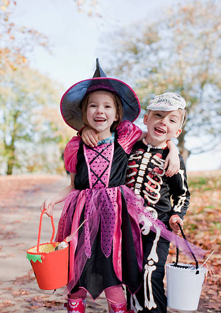 Rire les enfants en costumes d'Halloween - Photo