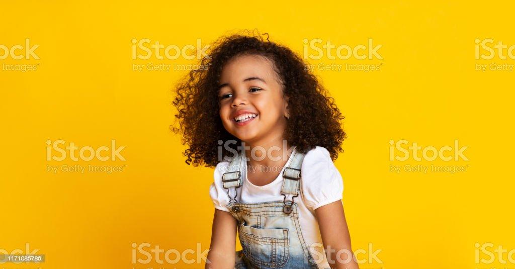 Lachen niedlich afro Mädchen Porträt, gelben Hintergrund - Lizenzfrei Afrikanischer Abstammung Stock-Foto