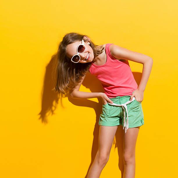 lachen mädchen im sonnenlicht - sommer teenagermode stock-fotos und bilder