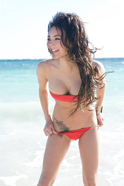 niña sonriente en la playa - mujeres dominicanas fotografías e imágenes de stock