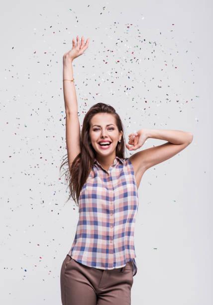 garota da risada com confetes caindo na festa - sorriso carnaval - fotografias e filmes do acervo