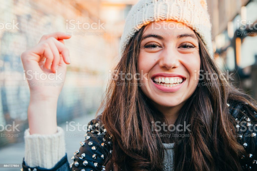 Lachende Mädchen mit Wollmütze – Foto