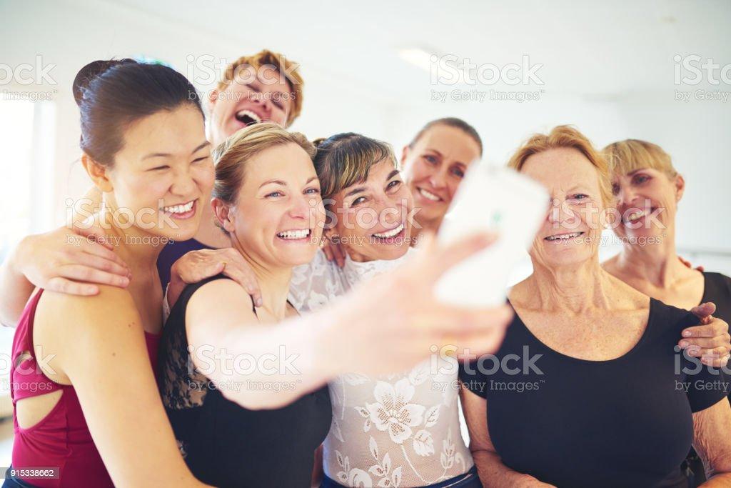 ダンスの教室で selfies を取って友人のグループを笑ってください。 ストックフォト