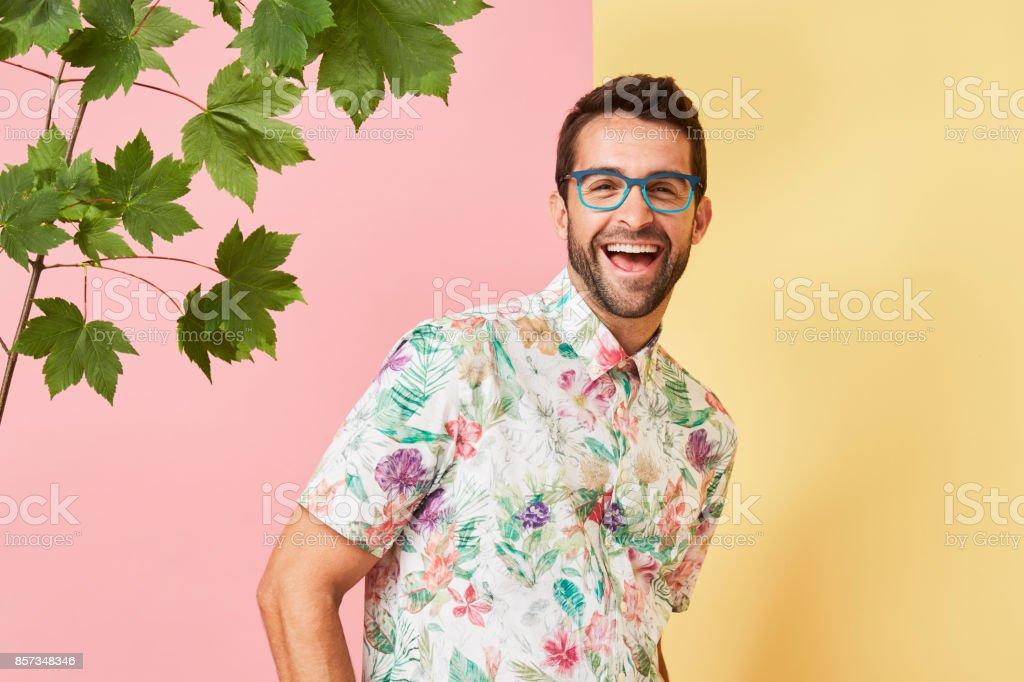 Hombre riendo en especificaciones - foto de stock