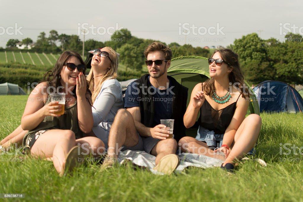 Riendo en camping foto de stock libre de derechos