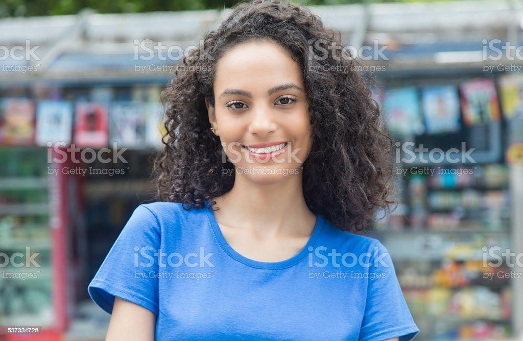 Sonriente mujer Latina en la ciudad - foto de stock
