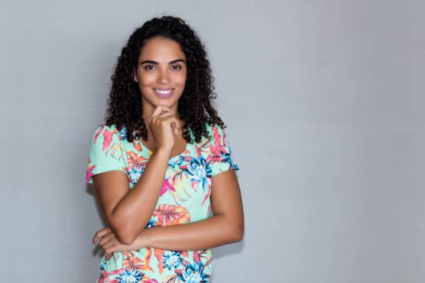 Mujer latinoamericana risueña con espacio de copia - foto de stock