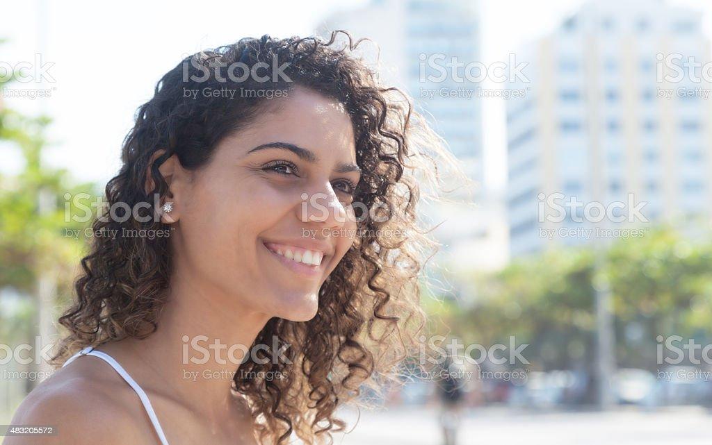 Sonriente mujer Latina al aire libre dentro de la ciudad - foto de stock
