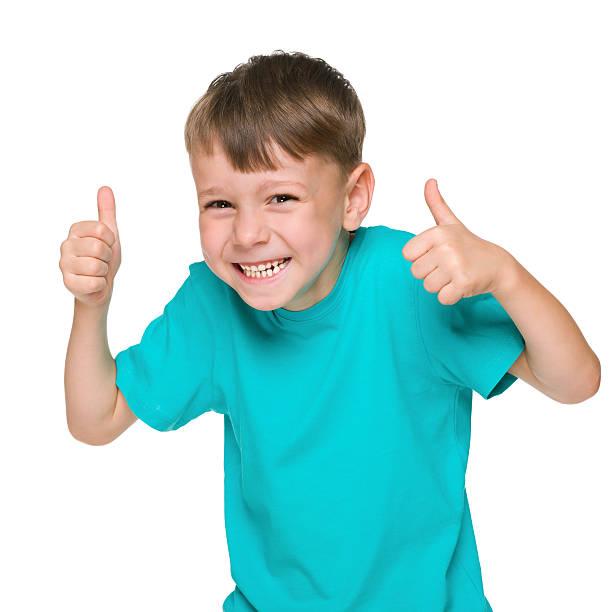 Lachender kleiner Junge hält seine Daumen hoch – Foto