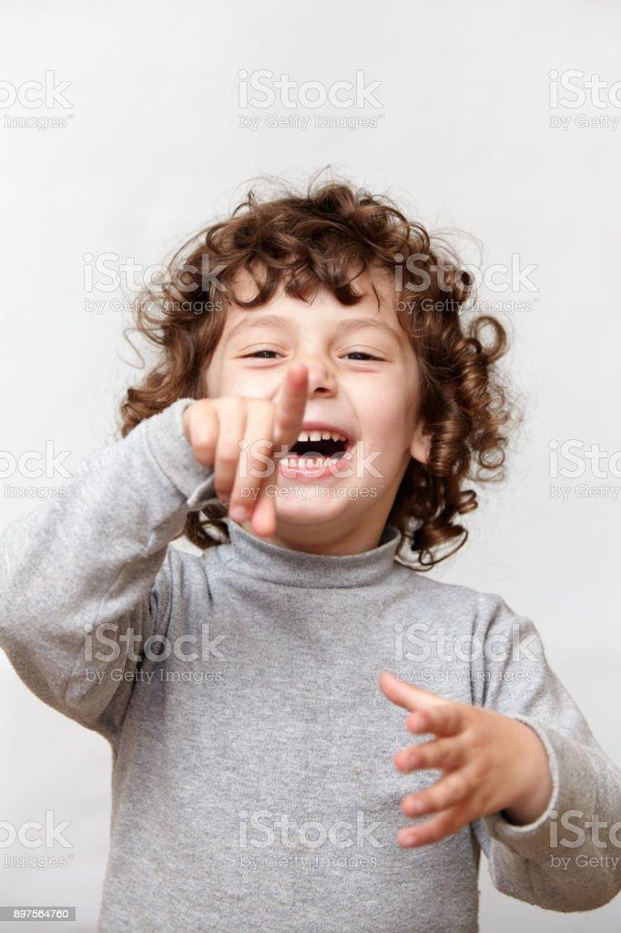 Kleine Mädchen Zeigefinger Lachen in die Kamera – Foto