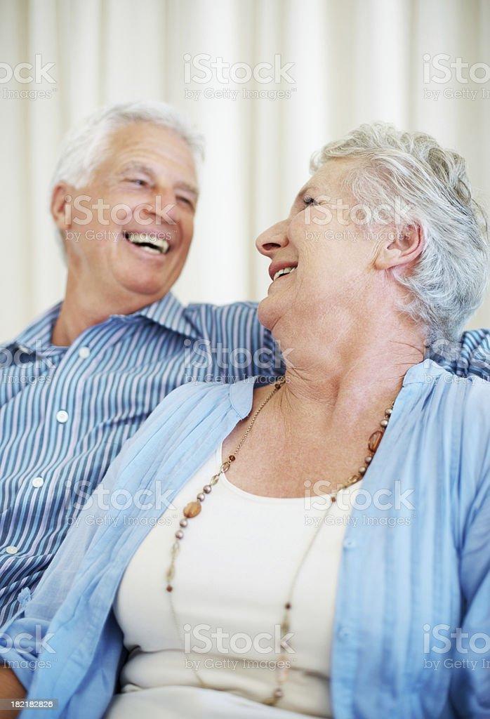 Altes Paar Lachen beim eachother suchen – Foto