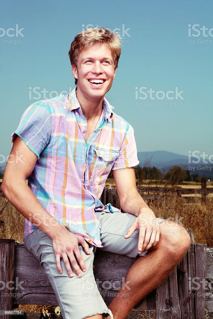 Plaid Shirted homme rire en plein air photo libre de droits