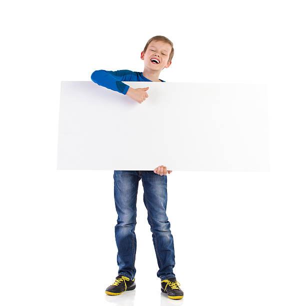 lachen schulkind-nur jungen mit transparent - sprüche kinderlachen stock-fotos und bilder