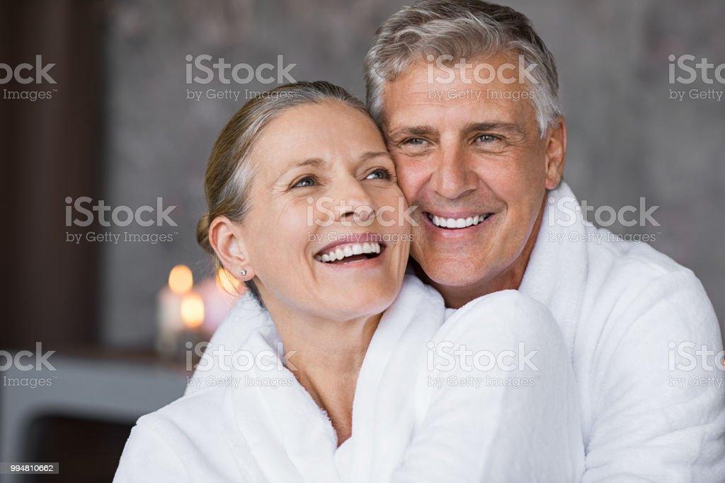 Älteres Paar umarmt im Spa lachen – Foto