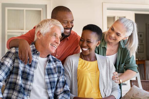 amis aînés riants avec des femmes heureuses - adulte photos et images de collection