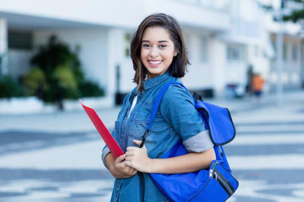 Estudiante española risuehilera con mochila - foto de stock
