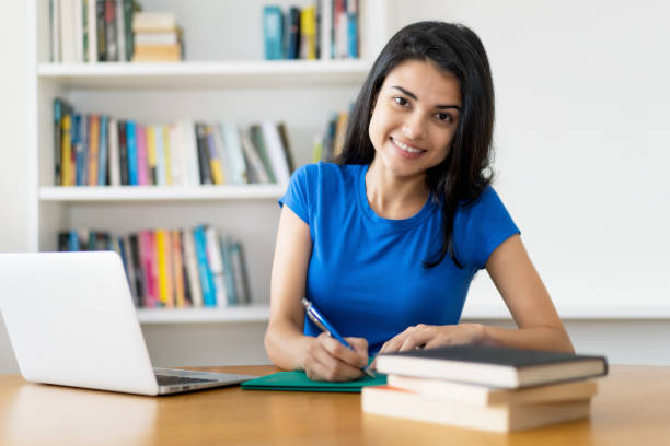 Riendo estudiante turca en el escritorio - foto de stock