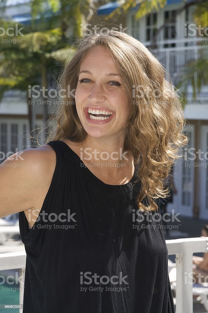 Ridere donna in un Resort foto stock royalty-free