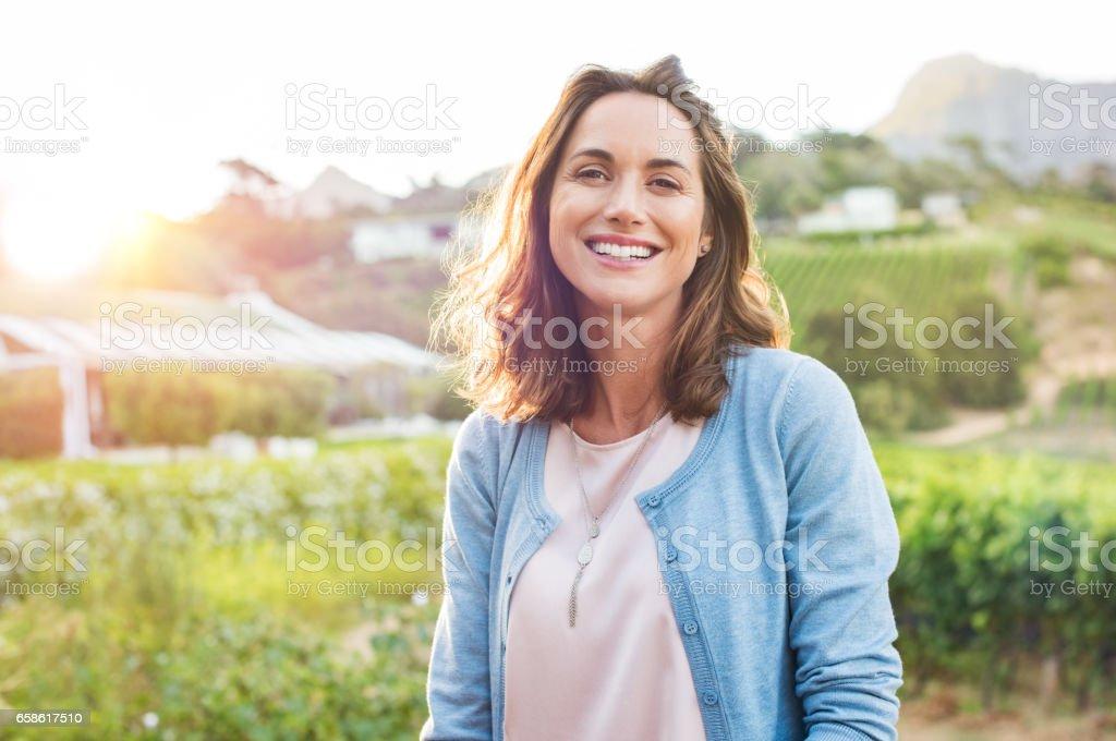 Lachende Frau im park - Lizenzfrei Alter Erwachsener Stock-Foto