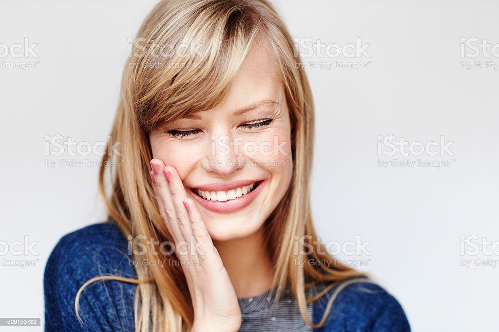 Rire jeune femme blonde avec les yeux fermés photo libre de droits