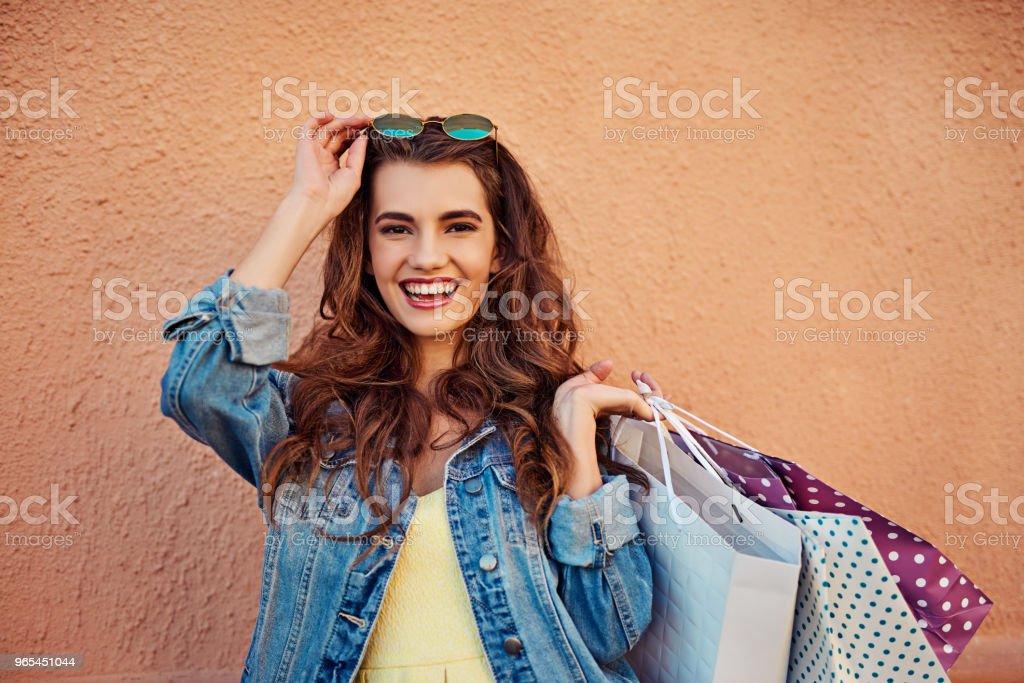 Rire et le shopping est certainement le meilleur remède - Photo de A la mode libre de droits