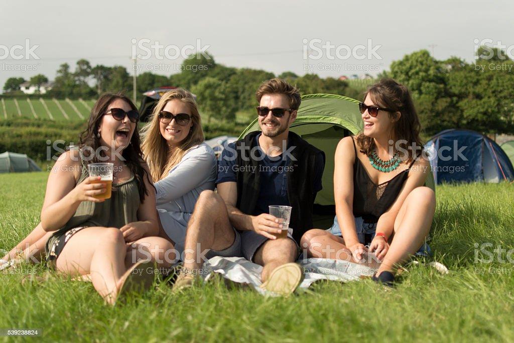 Risas en camping foto de stock libre de derechos