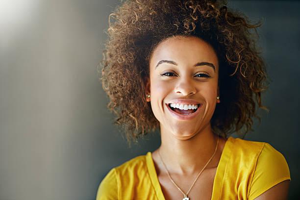 rire est contagieuse. transmettez-la - sourire à pleines dents photos et images de collection