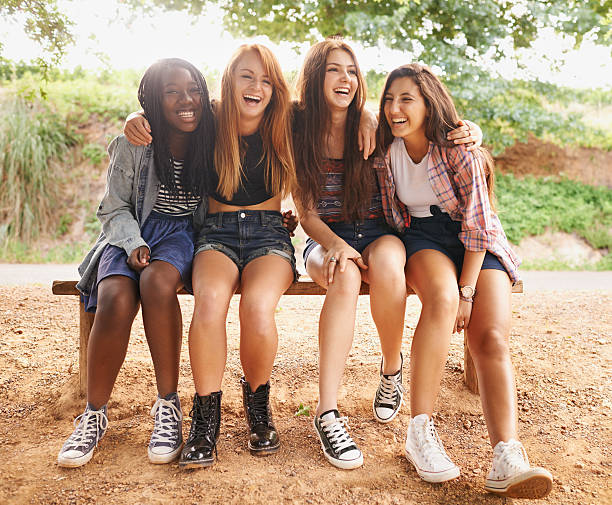 rire est la langue de l'âme ! - jeunes filles photos et images de collection