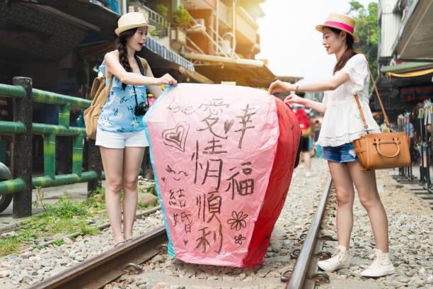himmelslaterne in shifen old street starten - insel taiwan stock-fotos und bilder