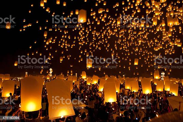 Launching sky lanterns in loy krathong festival picture id475160394?b=1&k=6&m=475160394&s=612x612&h=amcgrhtsq8kmgeuudgdf2nyqflpi1bemiqyviwldph0=