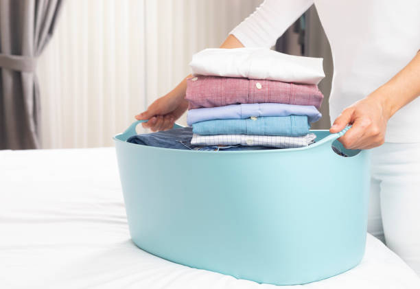 Wäschekorb mit geklappten Hemden – Foto