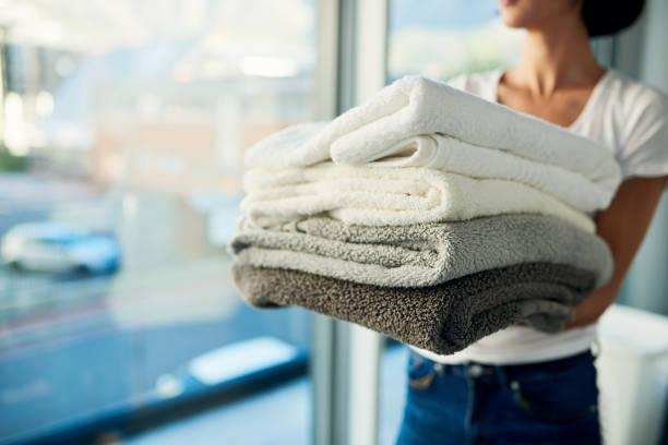 waschtag getan und abgestaubt! - kleidung falten stock-fotos und bilder