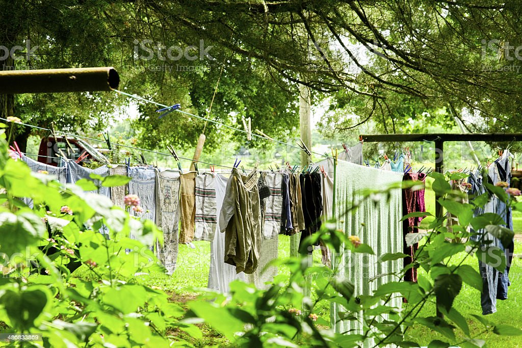 Wäsche Aufhängen Draußen Auf Einer Wäscheleine Zum Trocknen ...